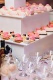 S??es festliches Buffet, Frucht, Kappen, Makkaroni und viele Bonbons stockbild