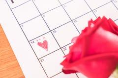 s'est levé sur le calendrier avec la date du DA de Valentine du 14 février Photos stock