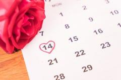 s'est levé sur le calendrier avec la date du DA de Valentine du 14 février Photographie stock libre de droits