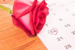 s'est levé sur le calendrier avec la date du DA de Valentine du 14 février Images stock