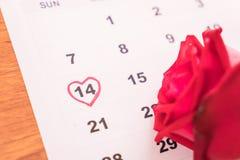 s'est levé sur le calendrier avec la date du DA de Valentine du 14 février Photo stock