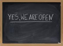 Sí, estamos abiertos - invitación del asunto Fotografía de archivo