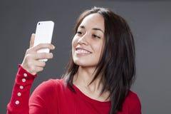 20s etniczna kobieta pozuje dla jej selfie portreta na telefonie komórkowym Obrazy Stock