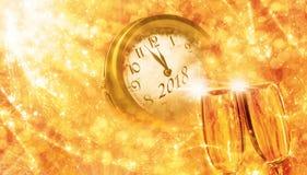 ` S Eve del Año Nuevo con champán y el reloj Imagen de archivo libre de regalías