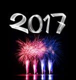 ` S Eve 2017 del Año Nuevo con los fuegos artificiales Imagenes de archivo