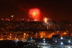 ` S Eve del Año Nuevo de los fuegos artificiales de la noche de la ciudad Imagen de archivo