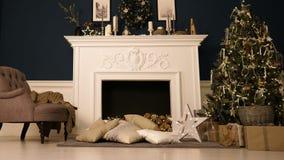 ` S Eve del Año Nuevo Feliz Año Nuevo y la Navidad Un cuarto acogedor con la chimenea, hay un árbol de navidad adornado con los j metrajes