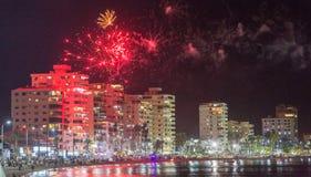 ` S Eve Fireworks över Salinas, Ecuador för nytt år arkivfoton