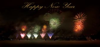 ` S Eve Fireworks för nytt år över en bro royaltyfri fotografi