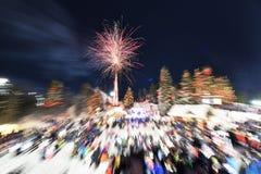 ` S Eve Fireworks för nytt år på skogshönsberget royaltyfri fotografi