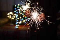 ` S Eve, luces de Bengala, bokeh colorido, manos, hombre, Año Nuevo del Año Nuevo Fotografía de archivo libre de regalías