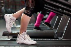 S'exerçant sur le tapis roulant, plan rapproché des jambes Image stock