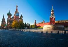 ` S för basilika för interventiondomkyrkaSt och det Spassky tornet av MoskvaKreml Royaltyfri Bild