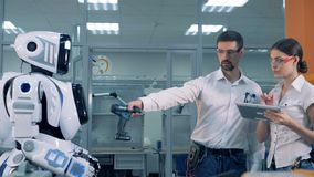 ` S för man- och kvinnakontrollroboten arbetar lager videofilmer