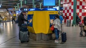 ` S för maskin för drevbiljett på den Schiphol flygplatsen royaltyfri bild