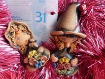 ` S för nytt år och jul FaderFrost hjälpredor gör ut den mottagna posten Det sista bladet av en kalender - på December 31 Arkivfoto