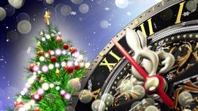 ` S för nytt år på midnatt - gammal klocka med stjärnasnöflingor och ferieljus 4K stock video