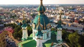 ` S Famouse Kiew Ukraine St Andrew Kirche Ansicht von oben Luftvideoaufnahmen die Kamera fliegt sehr nah zur Haube stock video footage
