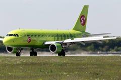 S7 - Flygplanslandning för Sibirien flygbolagflygbuss A319-114 på landningsbanan Arkivfoto