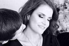 ` S Frau des gutaussehenden Mannes küssender Hals Lizenzfreie Stockfotos