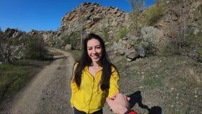 S?game, POV, turistas de los pares que llevan a cabo las manos caminando en la naturaleza