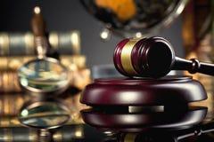 ` S Gavel del giudice Concetto della giustizia e di legge Fotografie Stock