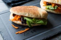 ` S Gua Bao de Pita Bread Bun Sandwich Taiwan do vegetariano/vegetariano com fatias e verdes da cenoura de Ásia fotos de stock