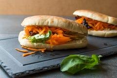 ` S Gua Bao de Pita Bread Bun Sandwich Taiwan do vegetariano/vegetariano com fatias e verdes da cenoura de Ásia fotografia de stock royalty free