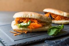 ` S Gua Bao de Pita Bread Bun Sandwich Taiwan do vegetariano/vegetariano com fatias e verdes da cenoura de Ásia foto de stock