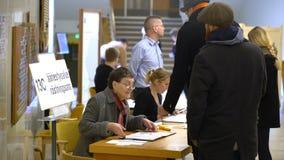 S'inscrire de personnes avant le vote pendant les élections municipales banque de vidéos