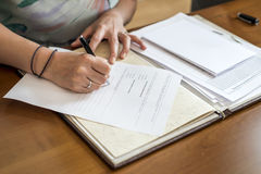 S'inscrire de signature de jeune mariée de mariage, stylo de participation et couples élégants de mariage de document officiel Images libres de droits