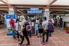 S'inscrire de touristes de sept 20,2017 chez Basco Airport, Batanes Photo stock