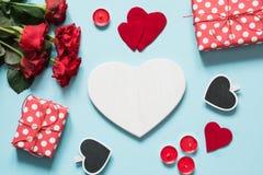 s karciany valentine Bukiet czerwone róże i prezent, serce jako puste miejsce dla teksta na błękit powierzchni Odgórny widok kosm Obraz Royalty Free