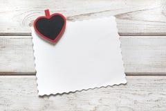 s karciany valentine Czerwony clothespin jako serce i prześcieradło dla twój teksta na drewnianej desce kosmos kopii na widok Zdjęcia Royalty Free