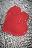 s karciany valentine Czerwony odczuwany serce na koronkowym i drewnianym rocznika stole Zdjęcie Royalty Free