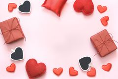 s karciany valentine Czerwony serce wystrój z przestrzenią dla twój teksta na różowym tle kosmos kopii Odgórny widok Zdjęcie Royalty Free