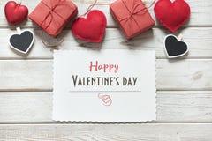 s karciany valentine Czerwony wystrój, serca, prezenty, clothespin z bielu prześcieradłem i życzenia, twój tekst na białej drewni Obraz Royalty Free