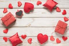 s karciany valentine Czerwony wystrój, serca, prezenty na białej drewnianej desce i przestrzeń dla teksta, Odgórny widok Zdjęcia Stock
