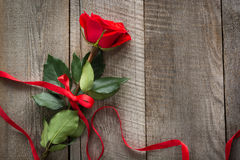 s karciany valentine Rewolucjonistki róża z faborkiem na drewnianej desce Odgórny widok Zdjęcia Royalty Free