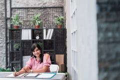 S?ker ung entrepren?r i hennes kontor fotografering för bildbyråer