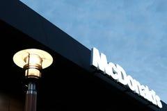 ` S Kostanay, Kasachstans, des am Freitag, den 13. Juli 2018, McDonald Aufschrift und Logo und brennendes Straßenlaterne Lizenzfreie Stockfotografie