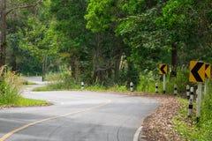 S-Kurve der Straße in der Landschaft zum Dschungel Lizenzfreies Stockfoto