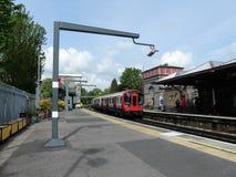 S8 lagerför London det underjordiska drevet som ankommer på den Rickmansworth stationen på den storstads- linjen royaltyfria bilder