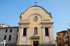 S Leonardo-kyrka i Treviso och andra byggnader royaltyfri fotografi