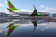 S7 lignes aériennes Boeing 737-800 VQ-BKW dans une livrée d'alliance du monde montrée à l'aéroport international de Domodedovo Image libre de droits