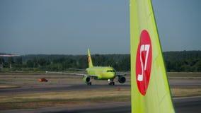S7 Luchtbus A320 die na het Landen taxi?en stock footage