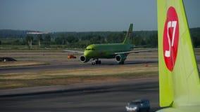 S7 Luchtbus A320 die na het Landen taxi?en stock video