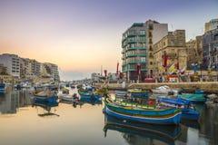 ` S, Malta - barcos de StJulian de pesca coloridos tradicionales de Luzzu Imagen de archivo libre de regalías