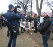 ` S mars, media de femmes documentant l'événement, protestataires Carry Posters, Washington, C.C, Etats-Unis Image stock