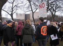 ` S marzo delle donne, non in nostri Casa Bianca, segni unici e manifesti, Washington, DC, U.S.A. Fotografia Stock Libera da Diritti